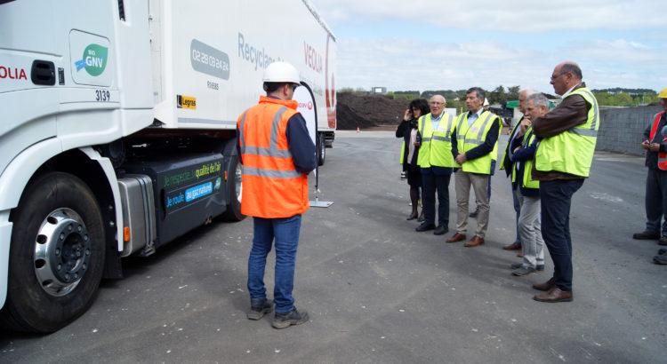 Un camion écologique présenté aux élus de Trivalis à Givrand